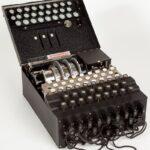 Enigma è un dispositivo elettromeccanico per cifrare e decifrare messaggi che per la facilità d'uso e la presunta indecifrabilità fu ampiamente utilizzata dalle forze armate tedesche durante la seconda guerra mondiale.